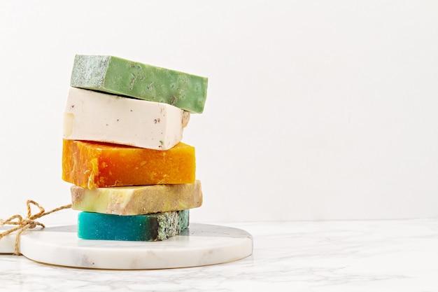 Sapone naturale fatto a mano, spa ecologica, concetto di bellezza per la cura della pelle. . barre di sapone e shampoo a secco confezionate in materiale plastico gratuito