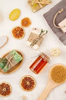 Sapone naturale organico fatto a mano, shampoo a secco, spazzole, accessori per il bagno, spa ecologica, concetto di bellezza per la cura della pelle.