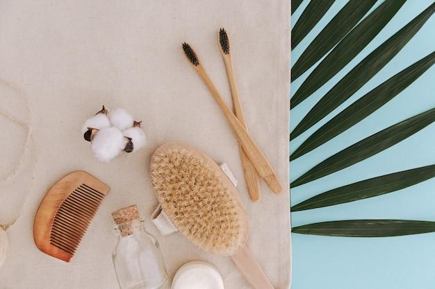 Sapone, spazzolini da denti in bambù, pennello naturale, prodotti cosmetici e strumenti. zero rifiuti e concetto di plastica libera.