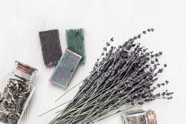 Saponette fatte a mano e fiori secchi di lavanda