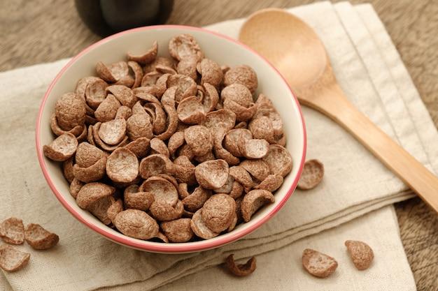 Sapore di cacao colazione cereali in ciotola su napery