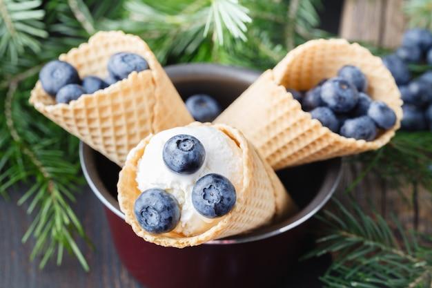 Sapore di gelato in coni mirtillo.