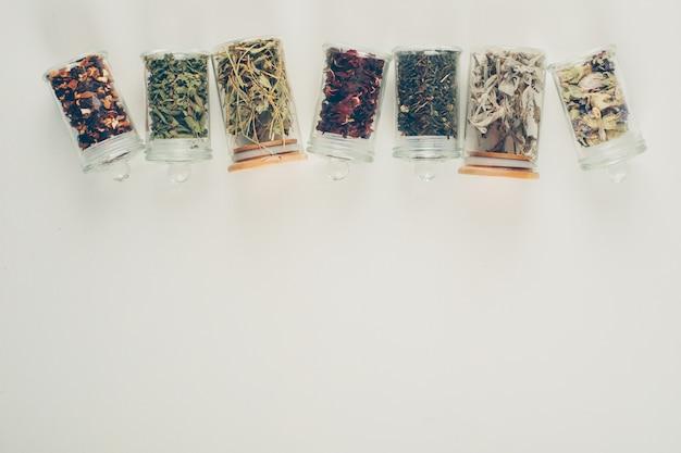 Sapori di tè in piccoli barattoli. disteso.