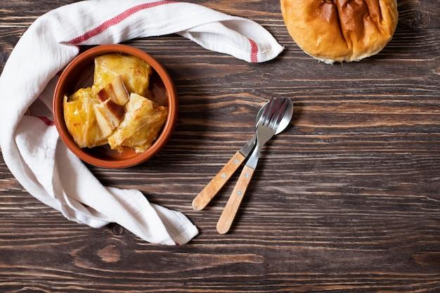 Sarma - piatto tradizionale della cucina balcanica. involtini di cavolo con carne e riso. cucina balcanica. cucina serba. sfondo di legno scuro vista dall'alto. spazio per il testo