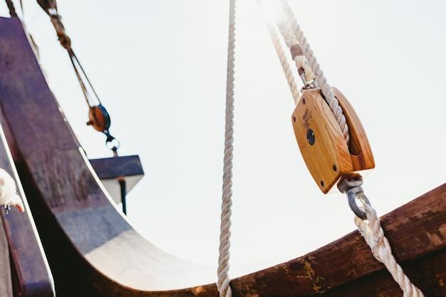 Sartiame e corde su una vecchia nave a vela per navigare in estate.