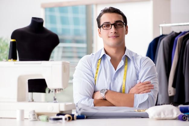Sarto del giovane che lavora ai nuovi vestiti