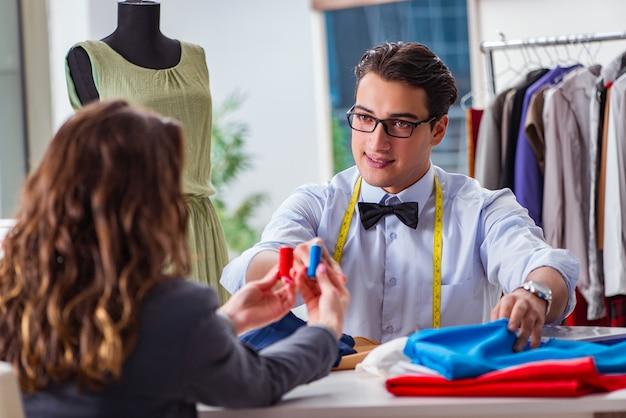 Sarto del giovane che lavora con il cliente femminile