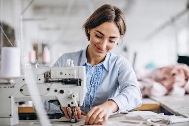 Sarto donna che lavora nella fabbrica di cucito
