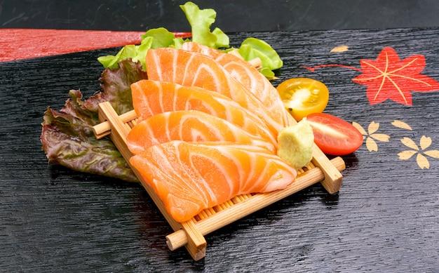 Sashimi crudo di color salmone fresco con salsa di soia