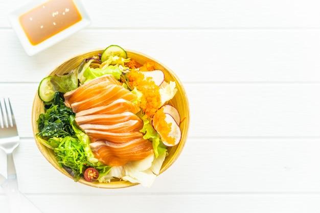 Sashimi di carne di pesce salmone crudo fresco con alghe