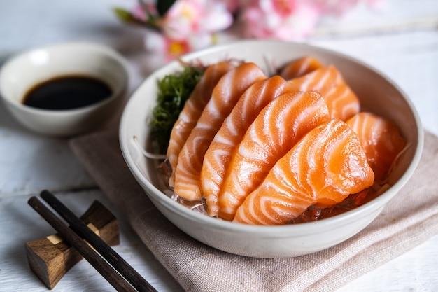 Sashimi di salmone con salsa di soia, pesce crudo in stile tradizionale giapponese