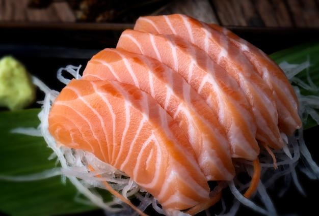 Sashimi di salmone in stile giapponese.