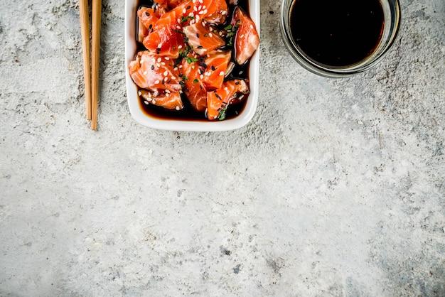 Sashimi di salmone marinato con semi di sesamo