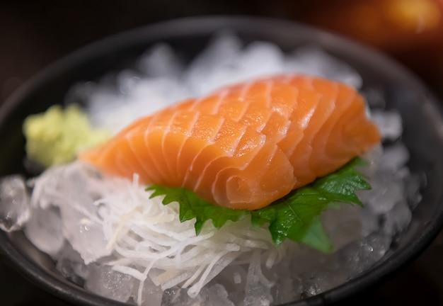 Sashimi di salmone pronto a servire.