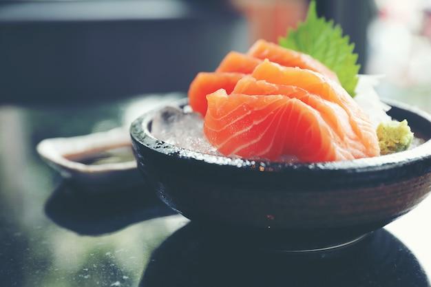 Sashimi di salmone su ghiaccio cibo giapponese