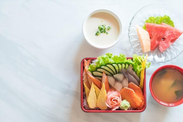 Sashimi fresco crudo con riso in scatola di bento