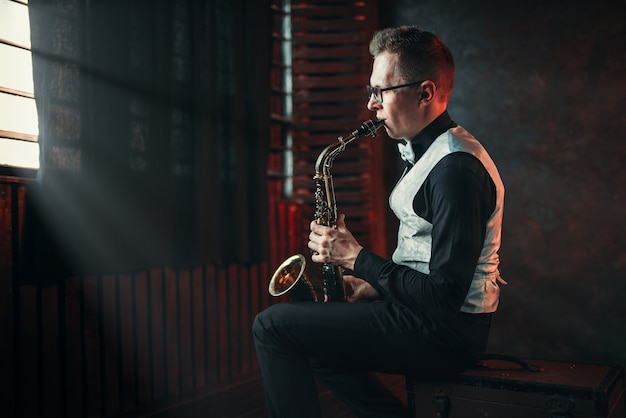 Sassofonista che suona melodia jazz al sassofono