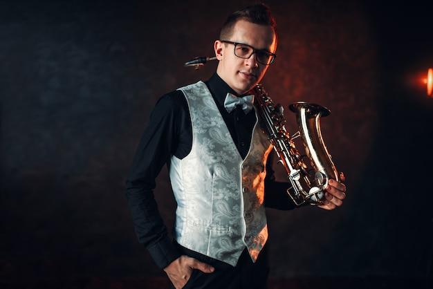 Sassofonista maschio con sassofono, uomo jazz con sax