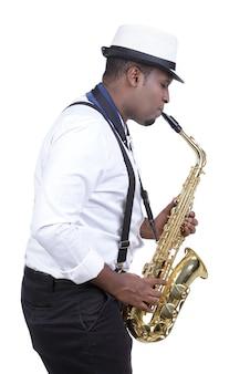 Sassofonista uomo nero in camicia bianca.