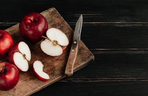 Sbucciare e affettare le mele su una tavola di cucina