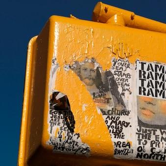 Sbucciare i manifesti su un dispositivo a manhattan, new york city, usa