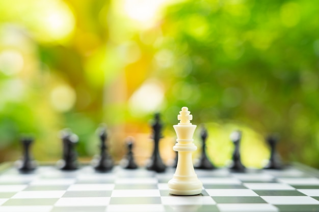 Scacchiera con un pezzo degli scacchi sul retro negoziare negli affari