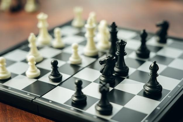 Scacchiera con un pezzo degli scacchi sul retro negoziare negli affari.