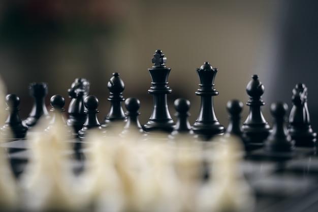 Scacchiera con un pezzo degli scacchi sul retro negoziare nel mondo degli affari