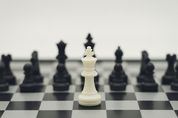 Scacchiera con un pezzo degli scacchi sul retro negoziare nel mondo degli affari.