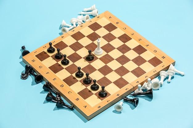 Scacchiera e concetto di gioco. idee imprenditoriali, concorrenza, strategia e nuove idee.