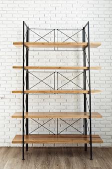 Scaffale di legno moderno nell'interno del sottotetto