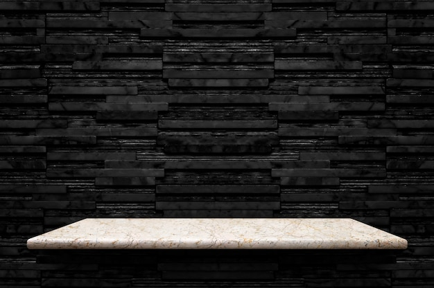 Scaffale di pietra di marmo bianco vuoto al fondo nero della parete delle mattonelle di marmo di strato