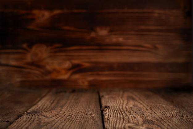 Scaffali di legno superiori vuoti e fondo della parete di pietra. per la visualizzazione del prodotto