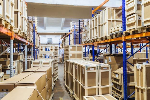 Scaffali lunghi con varietà di scatole e contenitori