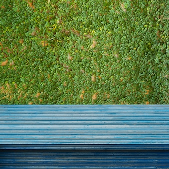 Scaffali o tavoli vuoti vuoti sullo sfondo della parete.