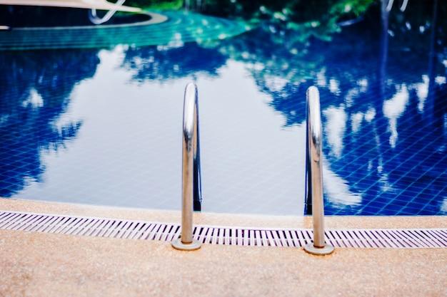 Scala della piscina in vacanza senza persone