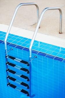 Scala della piscina sotto la piscina.