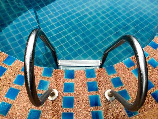 Scala delle barre di gru a benna nella piscina.