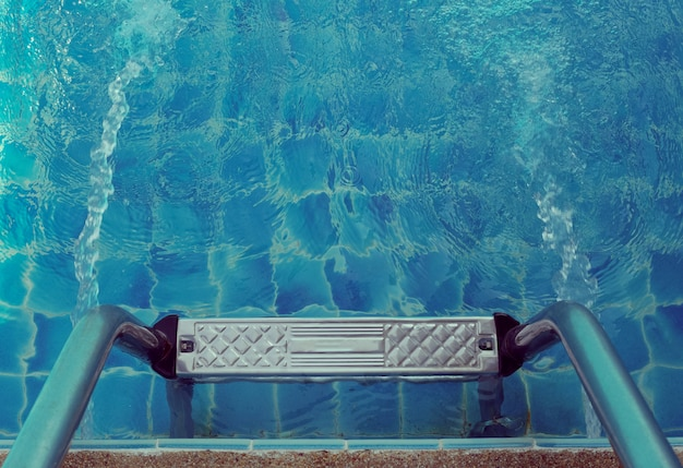 Scala delle barre di sostegno nella piscina blu.