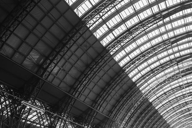 Scala di grigi della stazione ferroviaria centrale sotto la luce del sole a francoforte in germania