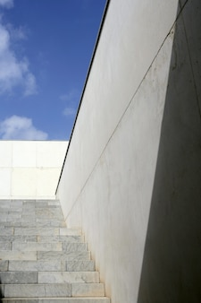 Scala di scale concrete di architettura di moder