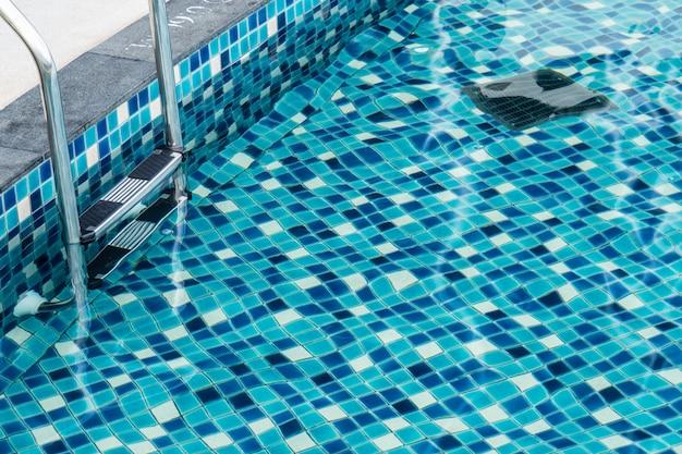 Scala e acqua pulita in piscina