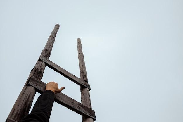 Scala in legno che porta verso il cielo