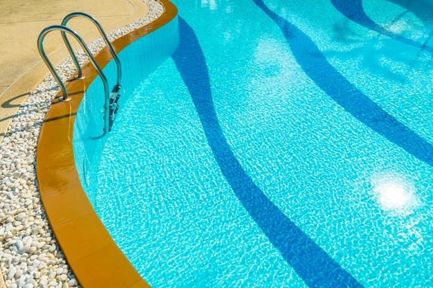 Scala intorno alla piscina in hotel e resort