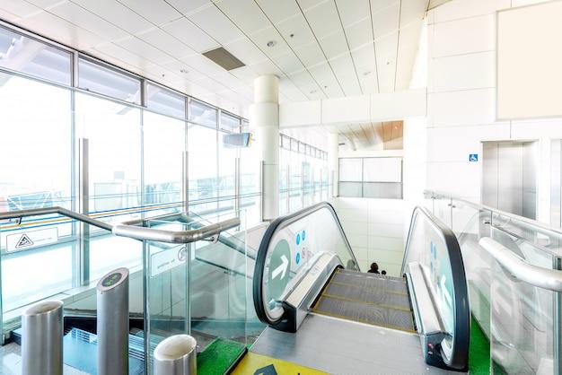 Scala mobile del terminal dell'aeroporto