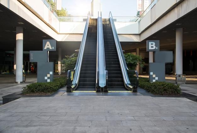 Scala mobile moderna nel centro commerciale
