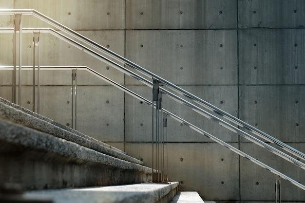 Scala moderna vuota del cemento in città con la luce del sole di mattina. sfondo urbano. messa a fuoco selettiva, vista laterale
