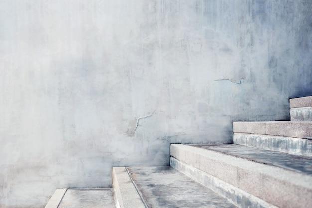 Scala vuota grigia del calcestruzzo, stile industriale moderno del sottotetto del cemento.