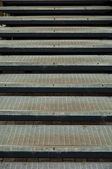Scale a maglie metalliche vicino all'ingresso di caseggiati