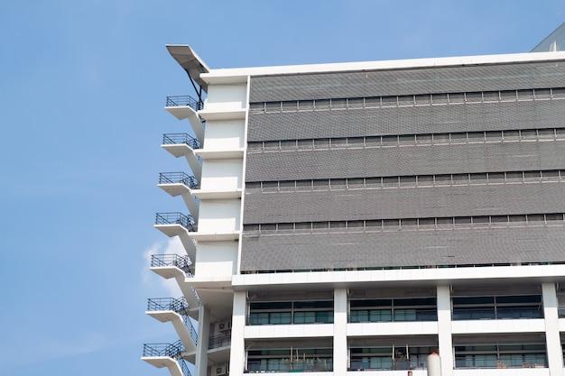 Scale di uscita d'emergenza sulla costruzione moderna con cielo blu